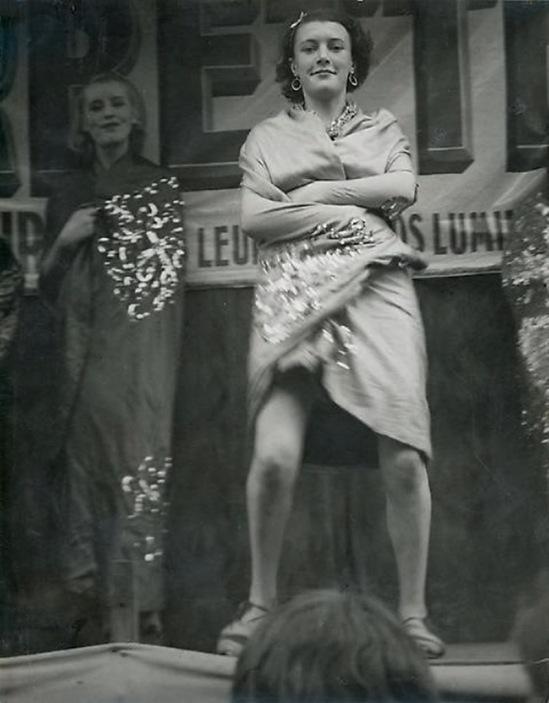 Brassaï -  Conchita Et ses danseuseuses,  sur l'estrade, devant la baraque  Sa Majesté la femme Boulevard Saint Jacques, 1931