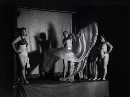 Brassaï - Danse Serpentine la Fete Foraine,  sur l'estrade, de la baraque  Sa Majesté la femme Boulevard Saint Jacques, 1931