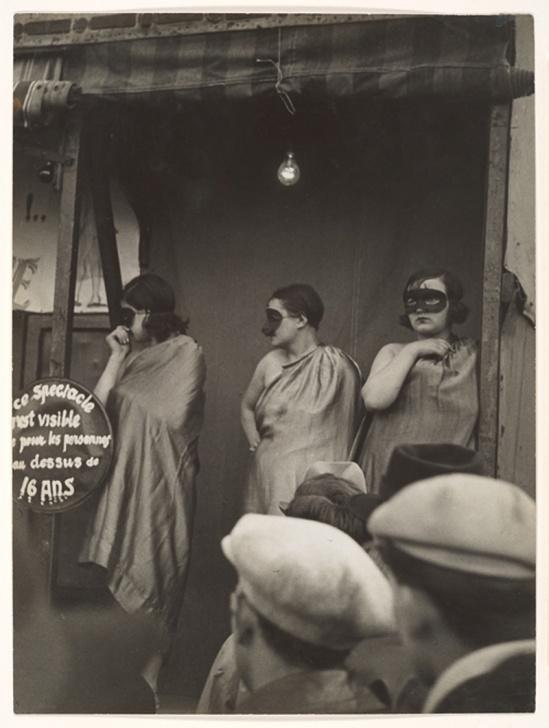 Brassaï - Danseuses masquée,  , devant la baraque  Sa Majesté la femme Boulevard Saint Jacques, 1931