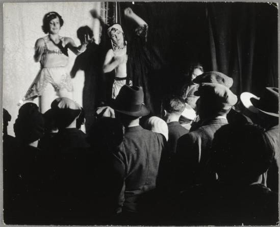 Brassaï -  La danse de Conchita  sur l'estrade, de la baraque  Sa Majesté la femme Boulevard Saint Jacques, 1931