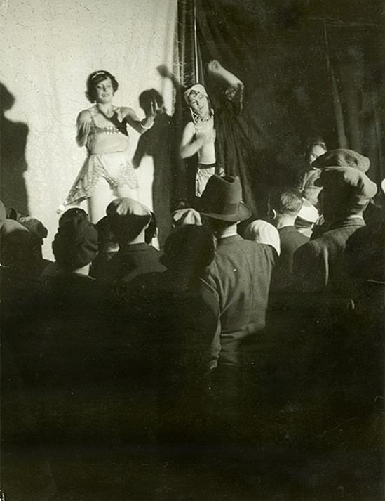 Brassai -La danse de Conchita Ici creditée, Boulevard Auguste Blanqui, 1931