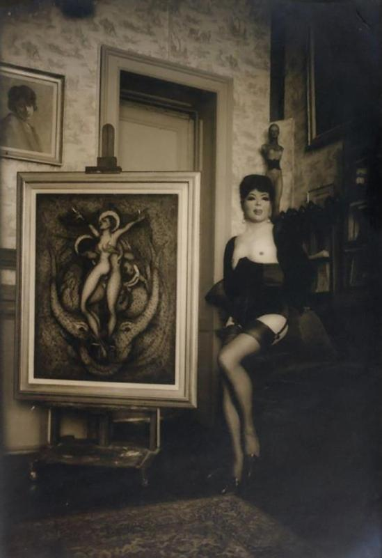 Pierre Molinier- Molinier autoportrait devant sa toile « Oh !...Marie, Mère de Dieu »finie, 1965, tirage argentique