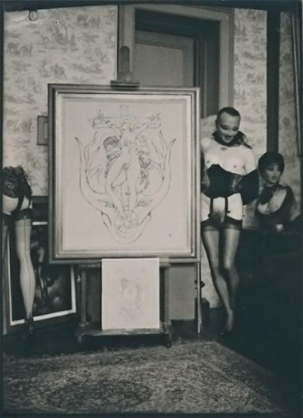 Pierre Molinier- Molinier autoportrait devant sa toile en cours « Oh !...Marie, Mère de Dieu », 1965, tirage argentique