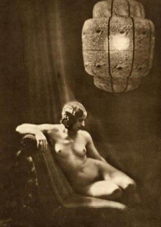 Franz Fiedler-Nu assis sous une lanterne-1930