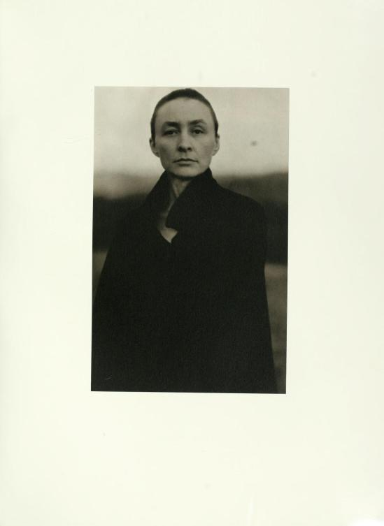 Half-length portrait of O'Keeffe, outdoors.1920 silver gelatin from photographs & writings by A.Stieglitz( 1864-1946). S.Greenough- J.Hamilton, National Gallery of Art,Ed° Calloway , 1983.