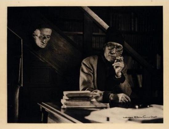 Laure Albin-Guillot-André Gide près du masque mortuaire de Pascal, .photogravurec1930-35