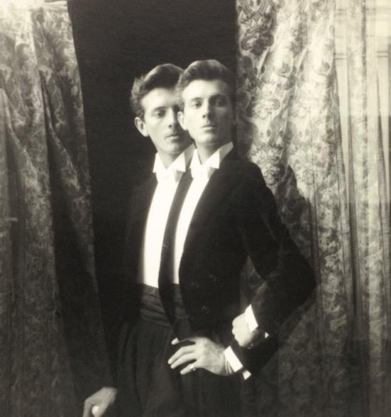 Laure Albin Guillot - Hubert de Givenchy par Laure Albin Guillot en 1948.
