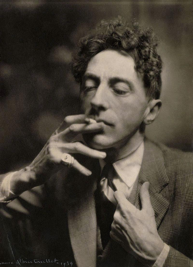 Laure Albin-Guillot-Jean Cocteau fumant une cigarette, 1939