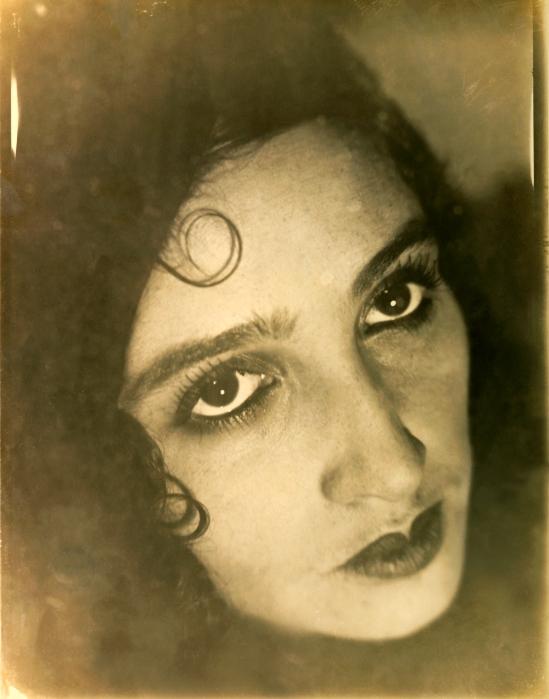 Jacques-Henri Lartigue-L'accroche coeur, portrait de  Renée Perle 1930