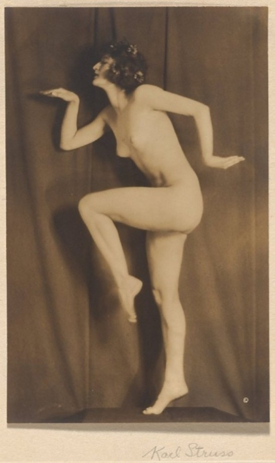 Karl Struss -Nude Walking Like an Egyptian,1917published in 48 photographs of the female