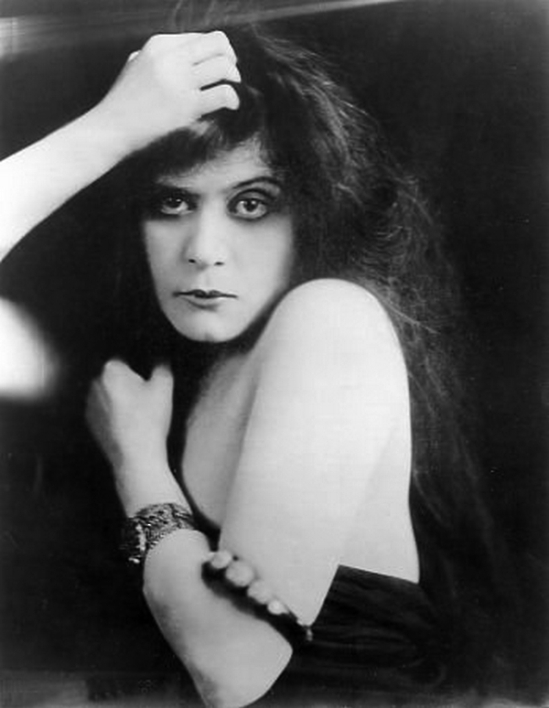 Underwood & Underwood - Theda Bara, as the vampire , in A Fool There Was directed by Frank Powell, 1915