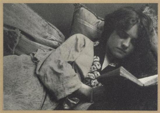 André Hachette- Jeune femme allongée sur des coussins lisant, 1900-1910