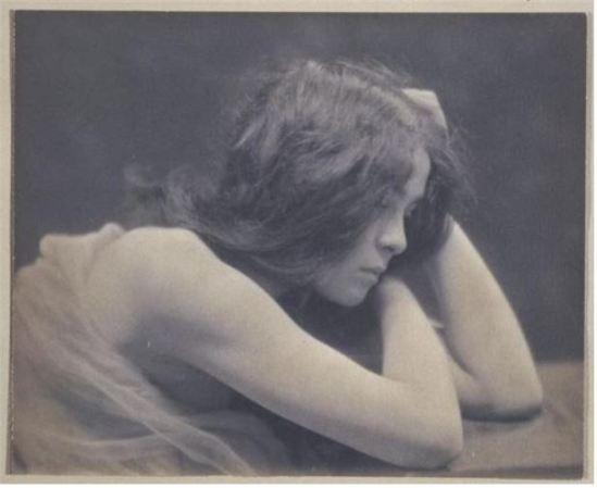 André Hachette- Jeune femme brune de profil, tête dans les mains, 1900-10