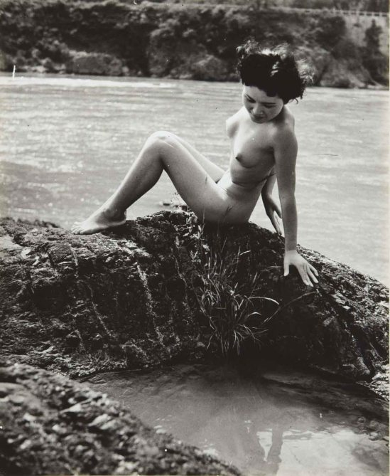 Minayoshi Takada -Nude perched on ground, 1948