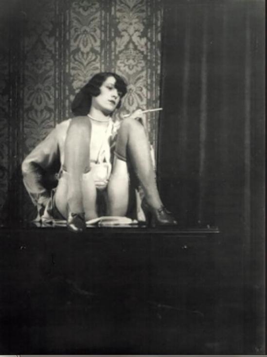 Monsieur X Femme au fume cigarette 1930