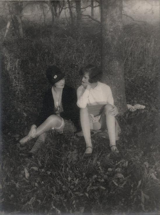 Monsieur X Filles de maison close dans un sous-bois, vers 1930.
