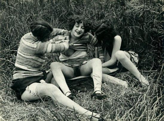 Monsieur X Trois filles de maisons closes s'amusant dans un près, vers 1930