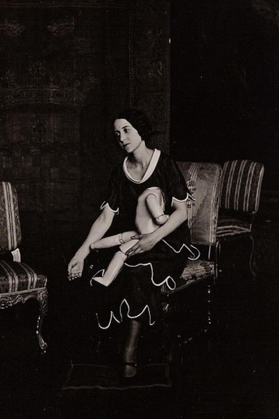 Photographer Uncredited -Portrait de Lise Deharme avec une poupée cassée vers 1930.