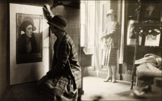 Curtis Moffat -Lady Diana Cooper devant un portrait de man Ray et dans l'atelier de Motaff, où l'on apperçoit le portrait d'Isis sa femme, 1925
