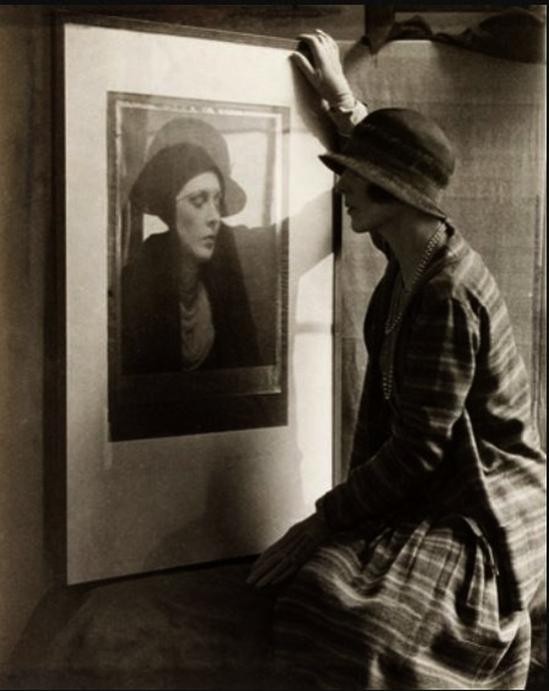 Curtis Moffat -Lady Diana Cooper devant un portrait de man Ray