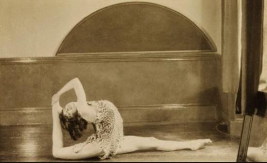Curtis Moffat- Ms Greville Gelatin silver print. London, UK, c.1925. © Curtis Moffat Victoria and Albert Museum 2