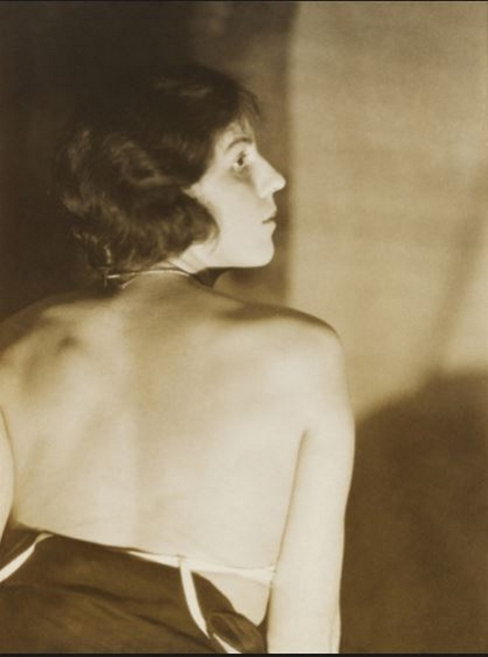 Curtis Moffat- Woman's back, About 1925 © Victoria and Albert Museum, London