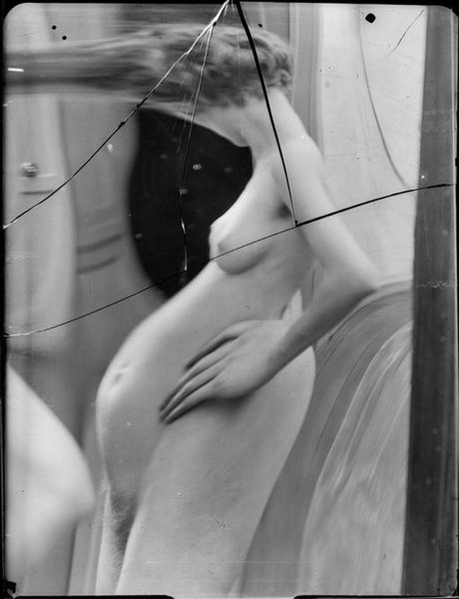 André Kertész- Distortion  # 57 , 1933 ( scan  André Kertész, Distorsions, Editions du Chêne, Paris, 1976)