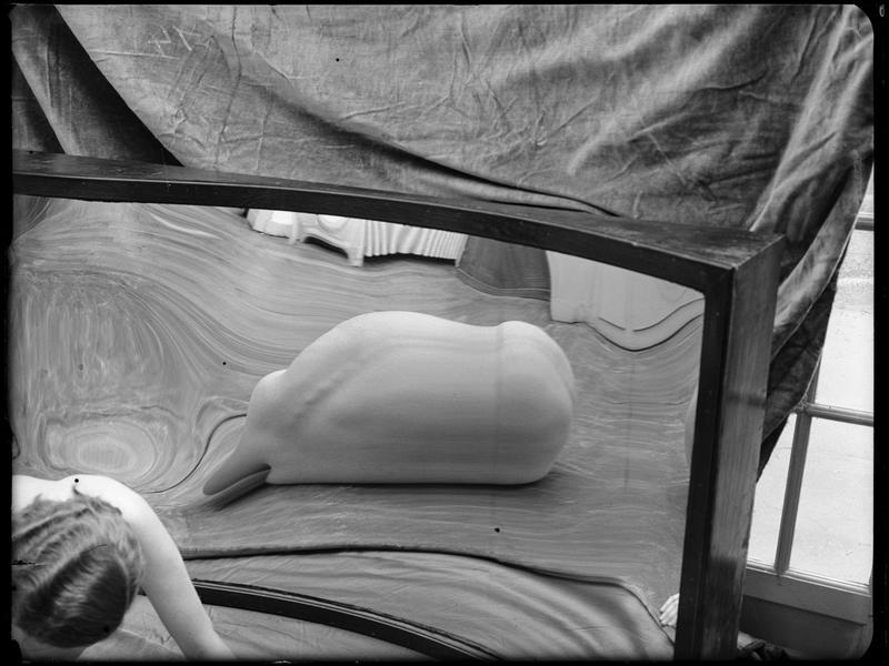 André Kertész- Distortions # 143 , 1933 ( scan  André Kertész, Distorsions, Editions du Chêne, Paris, 1976)