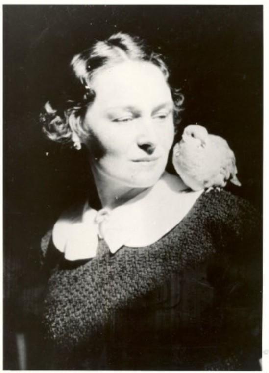 René Magritte-La fidélité des images- Le crépuscule, Georgette Magritte, une perruche sur l'épauleJette (Bruxelles), 1937