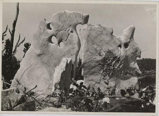 Photographie de Raoul Ubac prise sur l'île de Lesina en Dalmatie vers 1935.