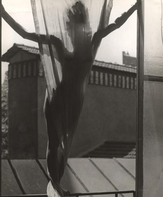 Erwin Blumenfeld -Marguerite von Sivers sur le toit du studio 9, rue Delambre, Paris, 1937