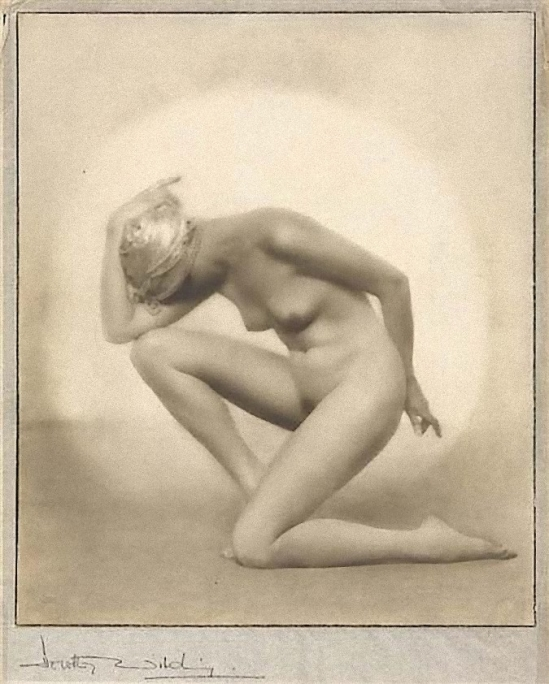 Dorothy Wilding- Hidden face , 1928  © William Hustler and Georgina Hustlerd Georgina Hustler