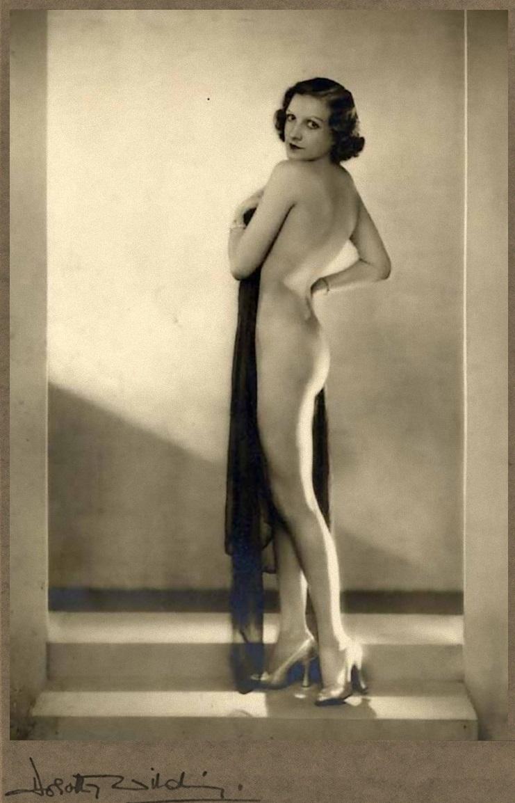 Dorothy Wilding - Nude study with veil, 1930 © William Hustler and Georgina Hustler
