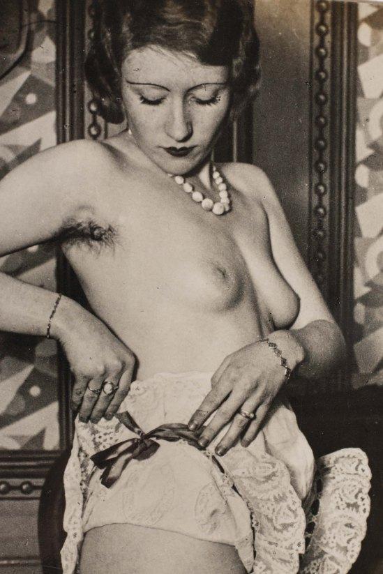 Brassaï.-Hôtel de passe rue Quincampoix, publicité pour la lingerie féminine Diana Slip 1932