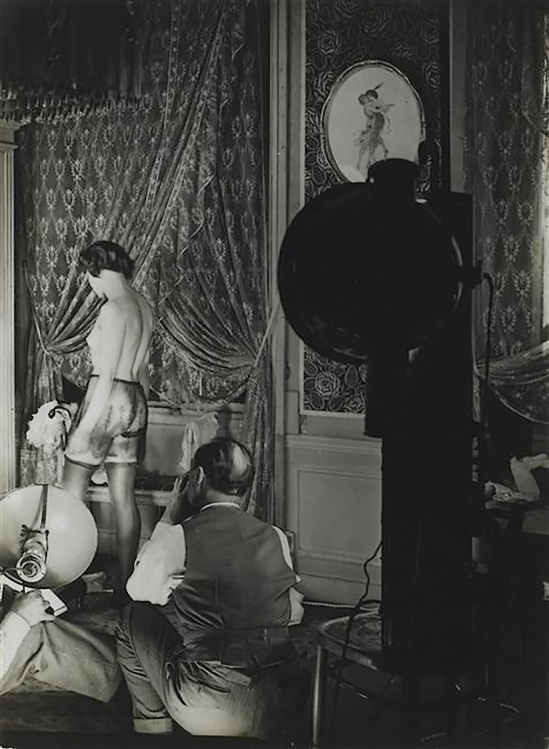 Brassaï - scene de séance photo pour unepublicitaire pour de la lingerie Diana Slip (Lingerie advertisement for Diana Slip), 1933