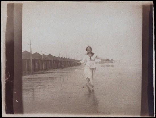 Anonyme -Isadora sur la plage à Venise, 1903 -1905