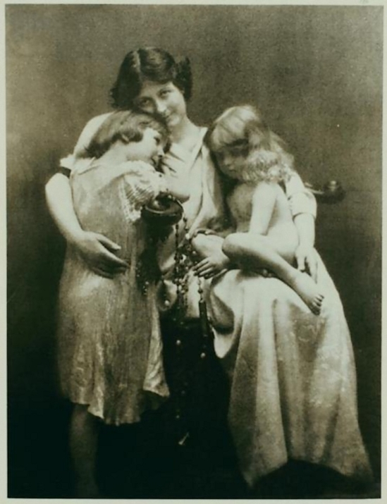 Otto- Duncan, Isadora Duncan with her children, Deirdre,1912 Irma Duncan Collection.