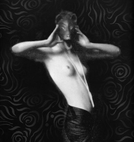 Mario von Bucovich -Naakt rencontré masker en werd Berlin 1927 de la bookVoluptuous Panic Le monde érotique de Weimar Berlin, Feral House, 2000. photo courte
