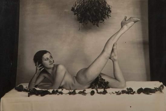 Violette Nozière,1932,(Violette posait régulièrement nuepour des photographes ou pour des soirées intimes.) Archives Gérard Oriol