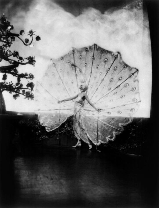 James abbé -Kathleen Rose (connu sur scène comme Dolores (Ziegfeld fille) dans son célèbre paon costumedesign par Pascaud de Paris, le costume qu'elle portait dans Minuit Frolic de 1919.