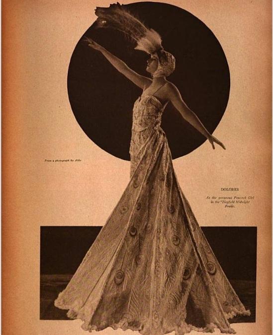 James abbé -Kathleen Rose (connu sur scène comme Dolores Ziegfeld fille) dans la conception de costumes de herpeacock par Pascaud de Paris, qu'elle portait dans Minuit Frolic de 1919. publié dans le magazine Theater décembre 1919.