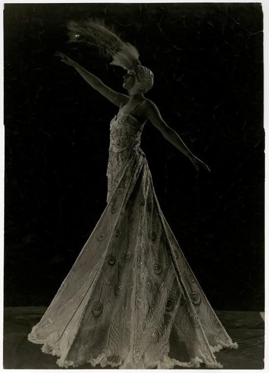 James abbé -Kathleen Rose (connu sur scène comme Dolores Ziegfeld fille) dans la conception de costumes de herpeacock par Pascaud de Paris, qu'elle portait dans Minuit Frolic de 1919.