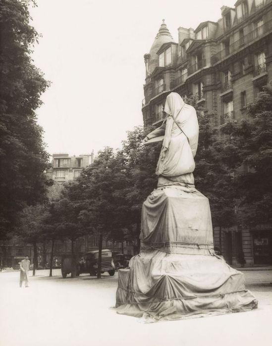 Josef Breitenbach- Denkmal vor der Enthüllung, Paris,  Veiled Statue, Paris,  1933-39, Early gelatin silver print, printed ca. 1942-48 © The Josef Breitenbach Trust.