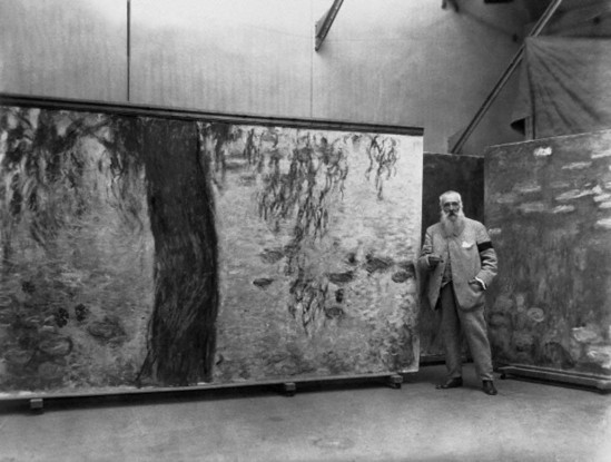 Underwood & Underwood- Claude Monet standing in his studio with a panel of his Nympheas mural., Giverny, France , 1914-18 © Underwood & Underwood-Corbis