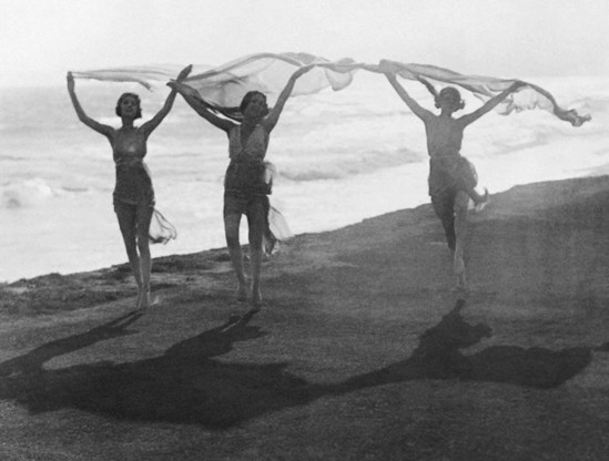 Underwood & Underwood-Isadora Duncan Performing on Beach, 1910s © Underwood & Underwood- Corbis