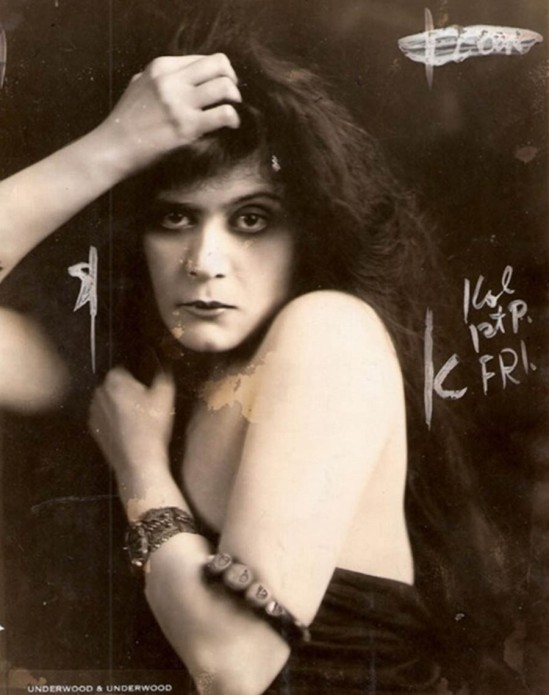 Underwood & Underwood - Theda Bara, as the vampire , in A Fool There Was directed by Frank Powell, 1915 variante