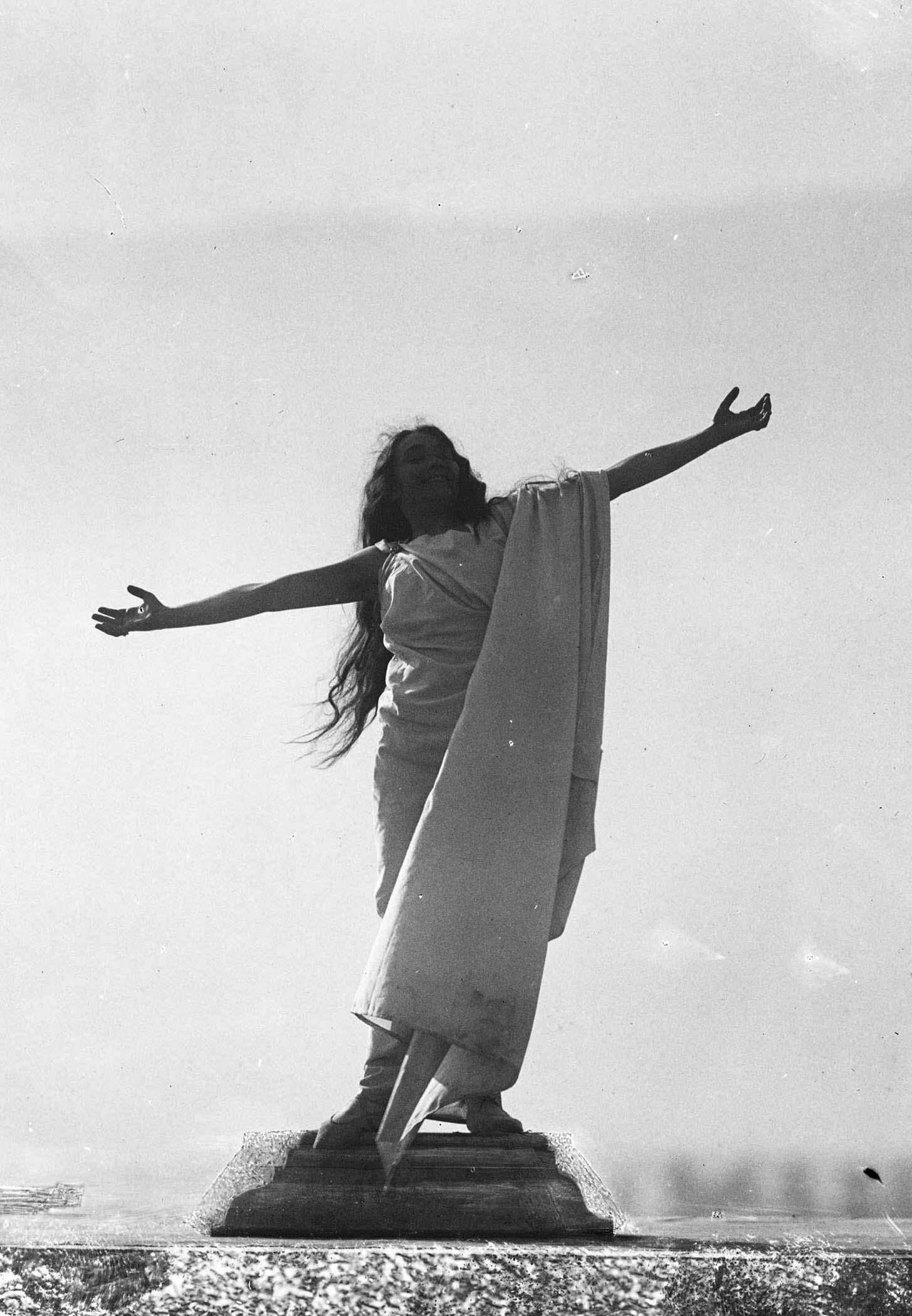 François Frédéric dit Fred Boissonnas - Magdeleine G. dansant Ete, hypnotisée par Emile Magnin, 1902-1904 Négatif au gelatino-bromure d'argent sur verre