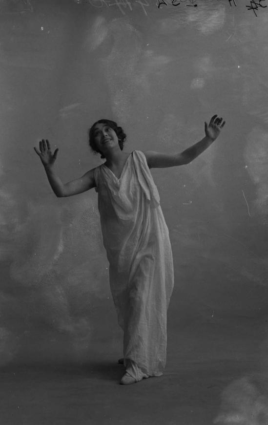 François Frédéric dit Fred Boissonnas - Magdeleine G. dansant , hypnotisée , 1902-1904 Négatif au gelatino-bromure d'argent sur verre