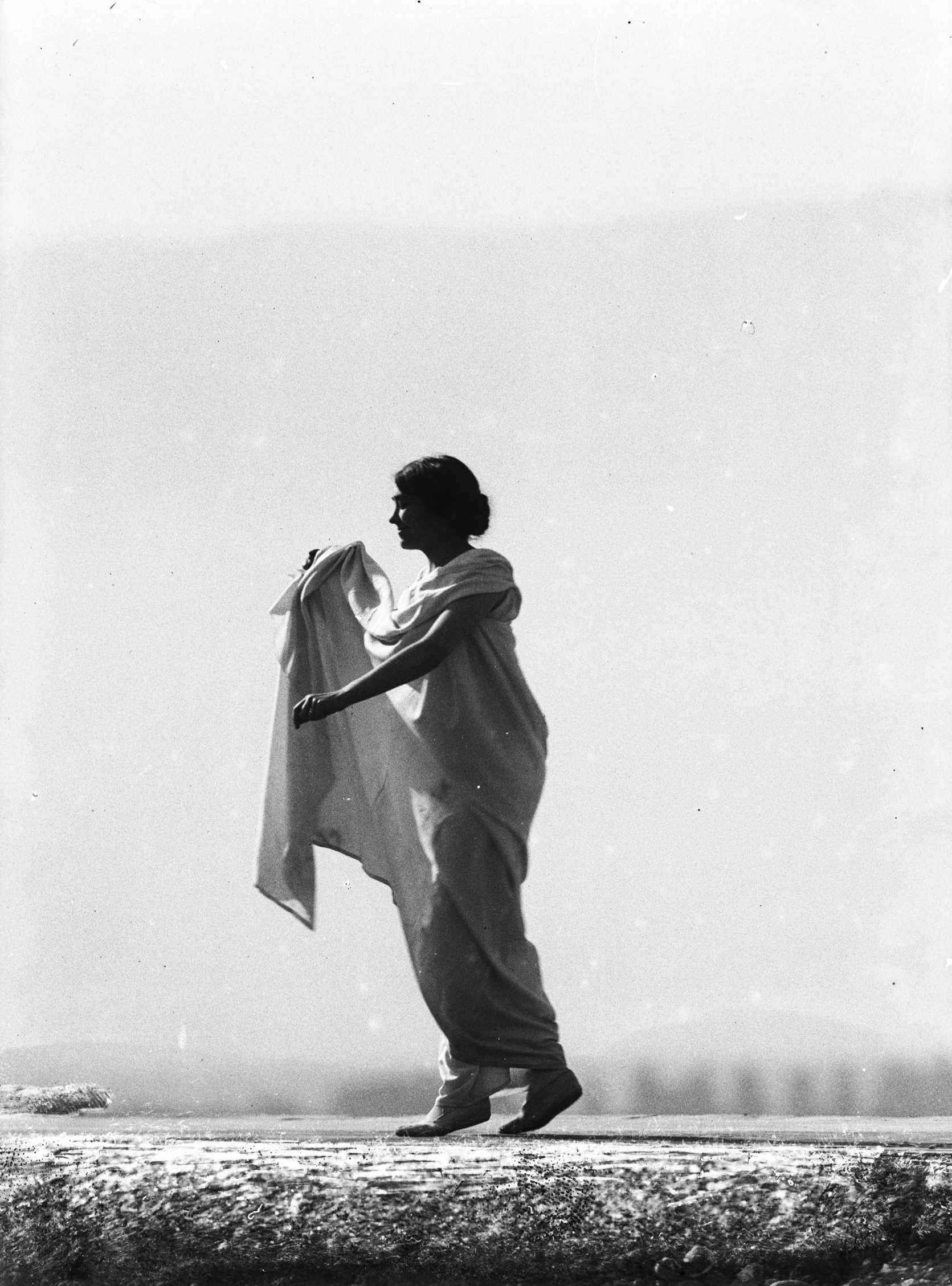 François Frédéric dit Fred Boissonnas - Magdeleine G. dansant , hypnotisée par Emile Magnin, 1902-1904 Négatif au gelatino-bromure d'argent sur verre