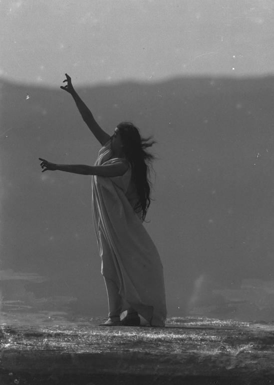 François Frédéric dit Fred Boissonnas - Magdeleine G. dansant La Mort d'Iseult, hypnotisée par Emile Magnin, 1902-1904 Négatif au gelatino-bromure d'argent sur verre